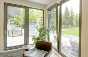 ventanal de pvc con vistas al jardín