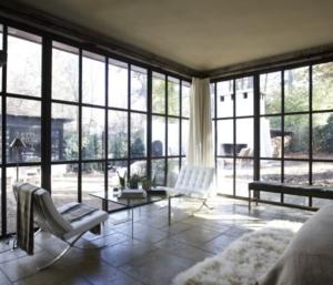 ventana con marcos y barras de aluminio