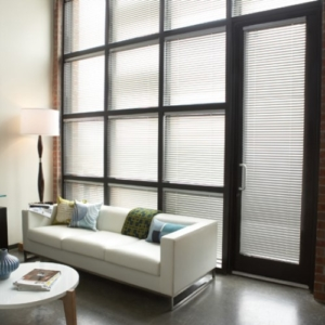 persiana de aluminio con lamas pequeñas blancas
