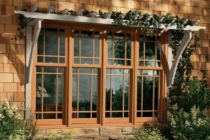 ventana con rejas y marcos de madera en el exterior de la fachada