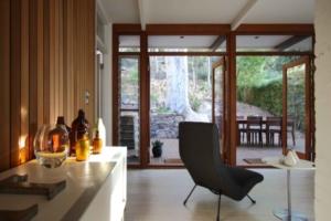ventana de madera desde el interior de la vivienda