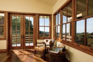 casa con ventanales de pino en el campo