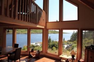 ventanal de madera con vistas al mar