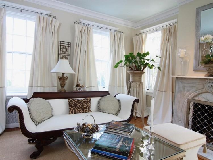 ventanas en la sala de estar junto con una lanta y sofa